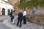 il-prof-lucio-sarra-ed-alcuni-studenti-dellisia-design-nellantico-borgo-di-loreto-aprutino